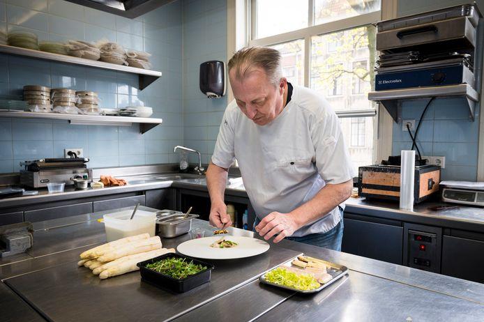 Cees Timmermans is dol op asperges. Maar het liefst serveert hij ze op de juiste temperatuur aan tafel in zijn restaurant. ,,In een to go-concept gaan de finesses verloren.''