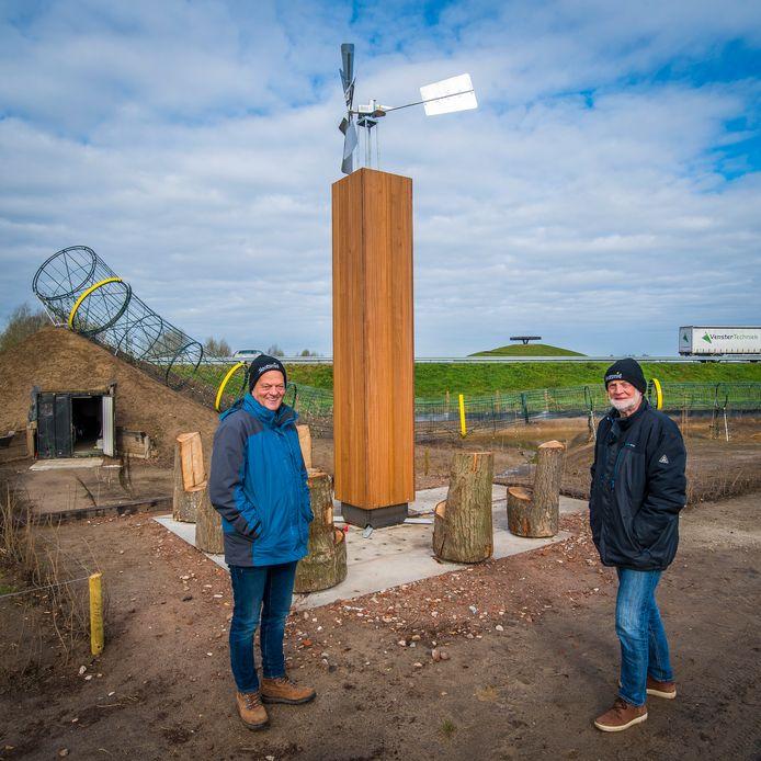 Geert van der Veer (l) en Gerrit Keuper van Midwinterhoorngroep Eibergen bij het molentje aan de rand van de Midwinterhoornplantage.