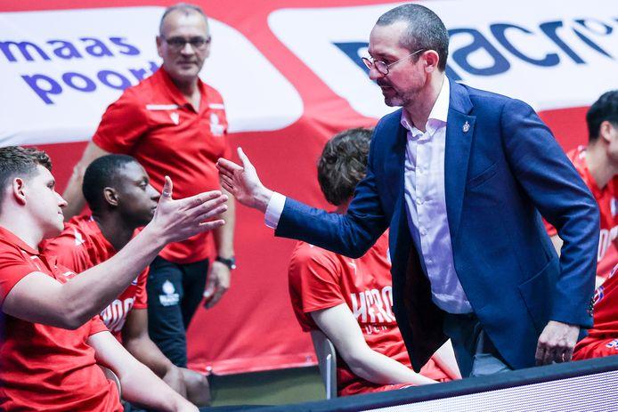 Jean-Marc Jaumin met zijn spelers na de overwinning van Heroes Den Bosch op Yoast United in de kwartfinales van de play-offs.