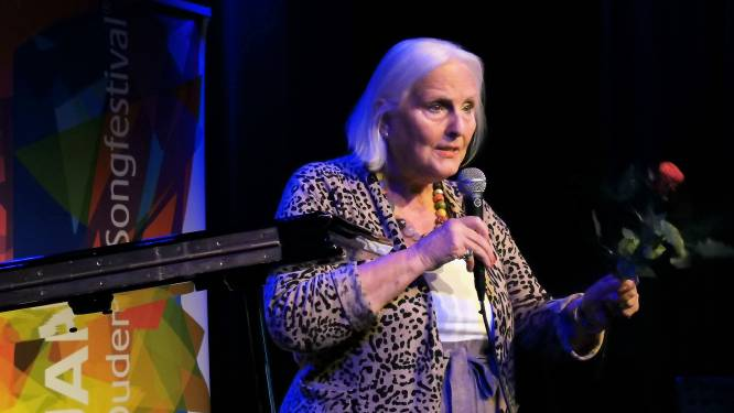 Haagse Dorine (82) in halve finale Ouderen Songfestival: 'Ik wil gewoon zingen, maakt niet uit waar'