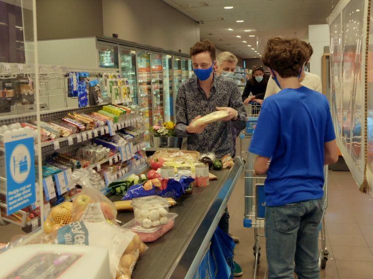"""""""Yes!"""": het werd even heel spannend aan de kassa in 'Steenrijk Straatarm'"""