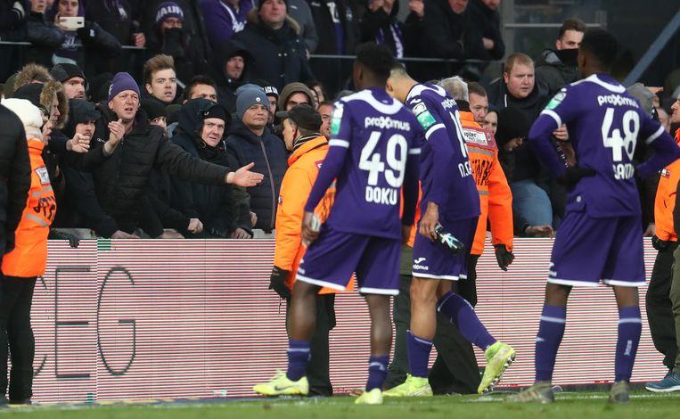 De supporters zijn kwaad na de match en eisen uitleg van de spelers.Die gaan in gesprek met de fans en proberen hen te sussen. Beeld BELGA