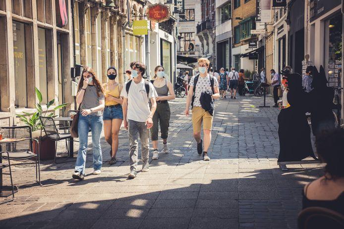 Neen, in de kleine straten van Gent hoef je dat mondmasker niet meer te dragen.