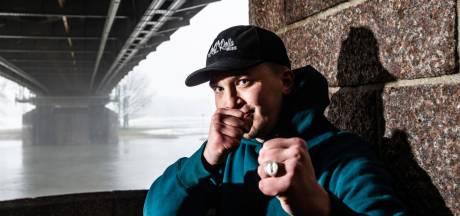 Pubers gebruiken steeds massaler telefoon in verkeer, rapper Snelle grijpt in