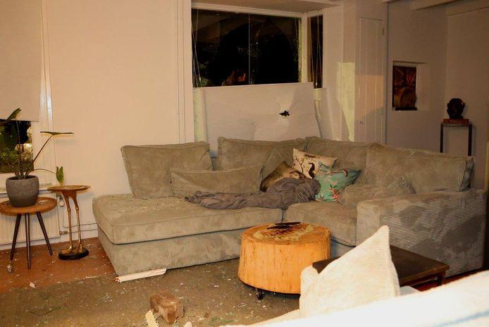 Even daarvoor relaxen de bewoners in de woonkamer op de bank, niet veel later rijdt een auto het huis binnen.
