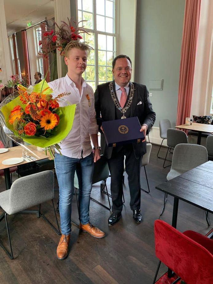 Thom Groenen krijgt Eremedaille van gemeente Vught voor het redden van mevrouw Van Gennip