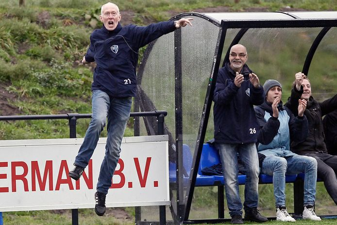 Wim te Nijenhuis, hier als trainer van FC Eibergen, blijft bij Wolfersveen.
