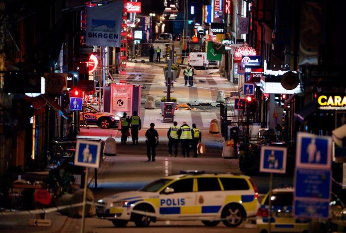 Politie in Stockholm doet sporenonderzoek bij de plek waar de verdachte man op het winkelend publiek inreed.
