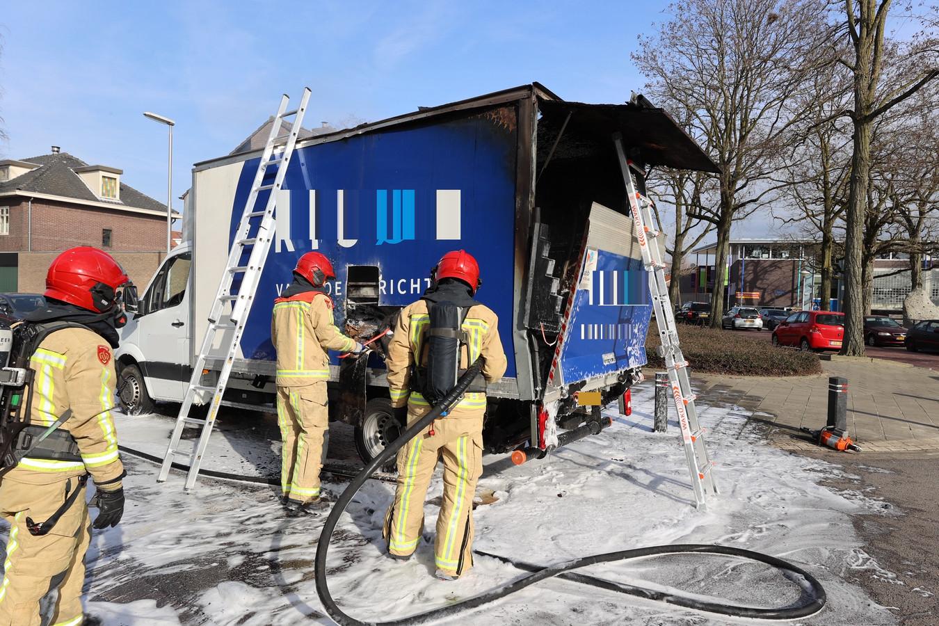 Wagen vliegt spontaan in brand in Eindhoven.