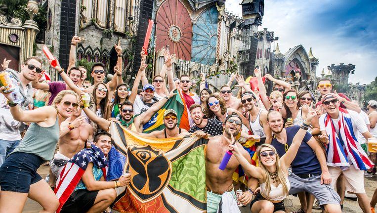 Amerikanen, Brazilianen of Britten: ondanks de vlaggen doet het er op Tomorrowland niet zoveel toe. Beeld Stefaan Temmerman