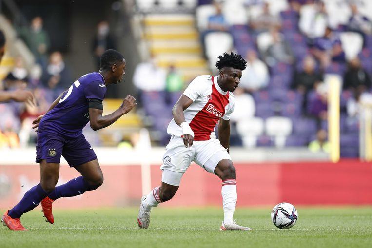Kudus dribbelt Kana van Anderlecht voorbij in het gewonnen oefenduel (0-2). Beeld ANP