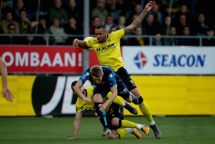 Jay-Roy Grot voor VVV in actie tegen Vitesse in het afgelopen seizoen. Martin Ødegaard wordt daarbij gevloerd door  Roel Janssen.