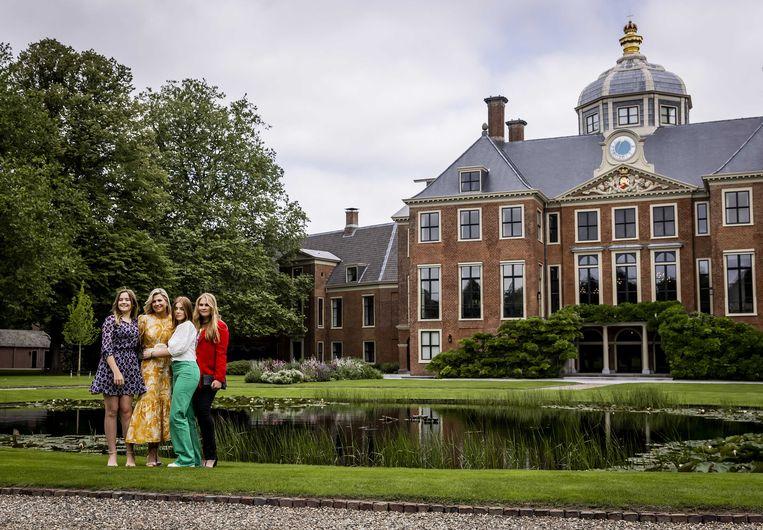 Koningin Máxima poseert met haar drie dochters, Ariane, Alexia en Amalia, voor de pers in de tuin van Paleis Huis ten Bosch in Den Haag. De zomersessie luidt traditioneel het begin van de zomervakantie in. Hoewel afwezig op deze foto, was ook koning Willem-Alexander van de partij.  Beeld ANP