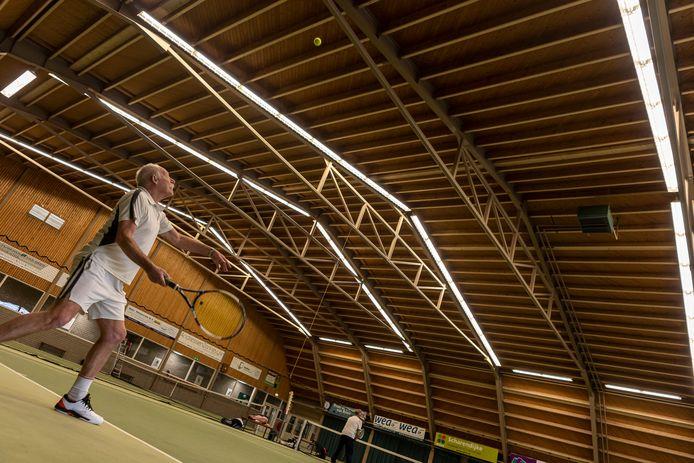 Na het verstevigen van het dak keerden de vaste gebruikers (op de foto tennissers in januari 2020) terug in de sporthal van Burgh-Haamstede.