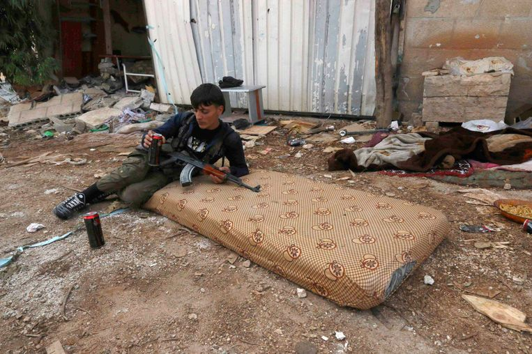 Een strijder van het Vrije Syrische leger rust uit in Handarat, ten noorden van Aleppo. Beeld REUTERS