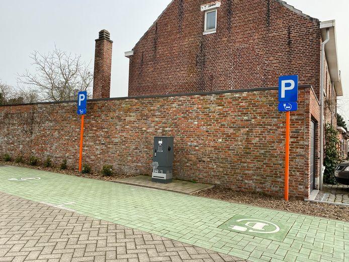 De laadpaal voor elektrische voertuigen in de Neerstraat
