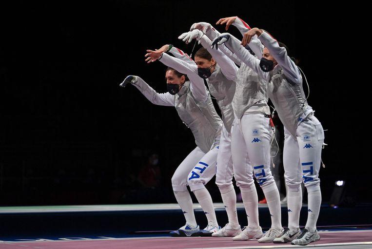 Met spookachtige bewegingen bereidt het Italiaanse schermteam zich voor op de olympische kwartfinale tegen Hongarije. De techniek werkte klaarblijkelijk: de vrouwen wonnen en troffen Frankrijk in de halve finale. Het team wil graag de zevende opeenvolgende olympische schermmedaille mee naar huis nemen.  Beeld AFP