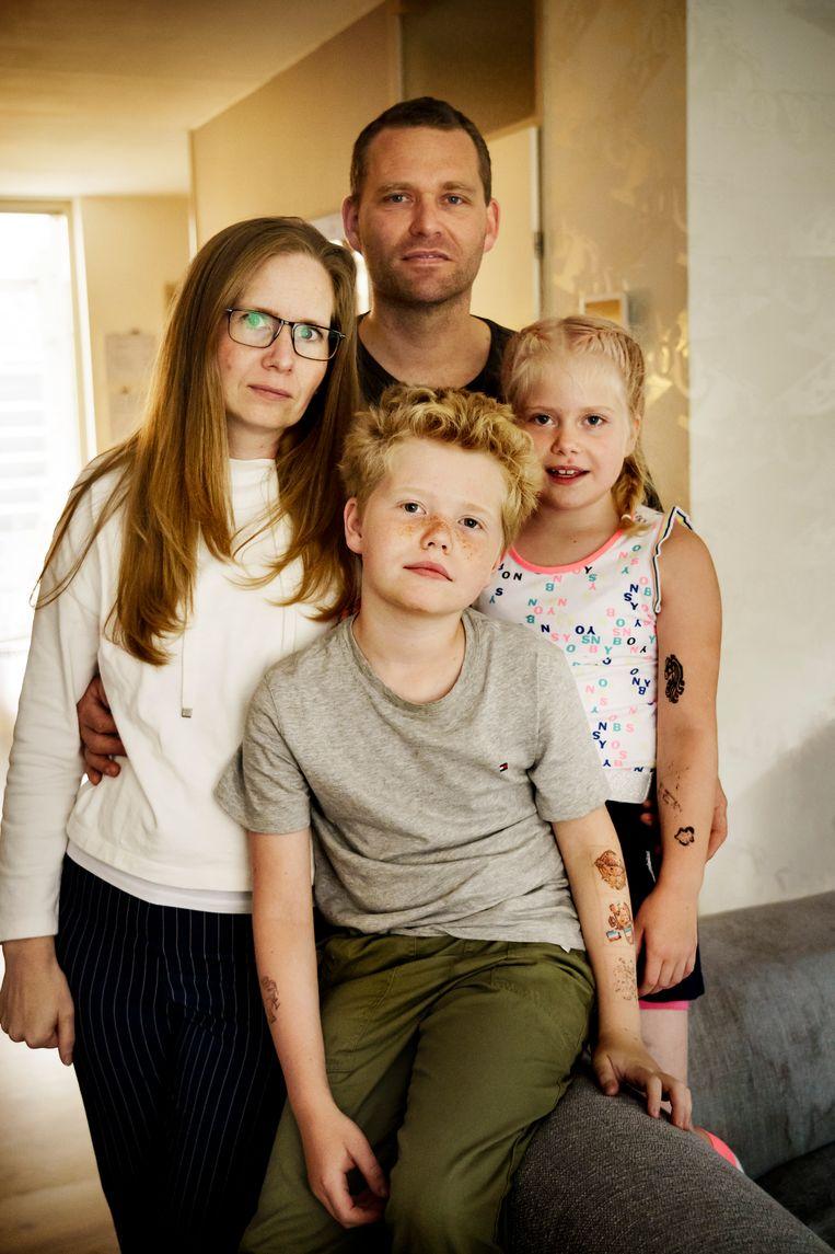 Debbie Hellenbrand, haar man en kinderen raakten maanden terug besmet. 'Het hartritme van zoon Lucas blijft verstoord. Hij klaagt over steken in de borst.'   Beeld © Eric de Mildt