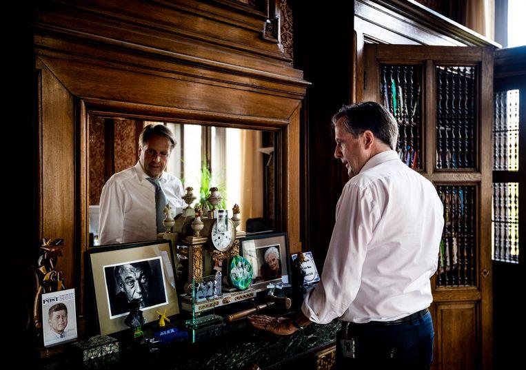 Alexander Pechtold (D66) ruimt zijn werkkamer op in de Tweede Kamer, daags nadat hij bekend heeft gemaakt te stoppen in de politiek. Beeld Freek van den Bergh