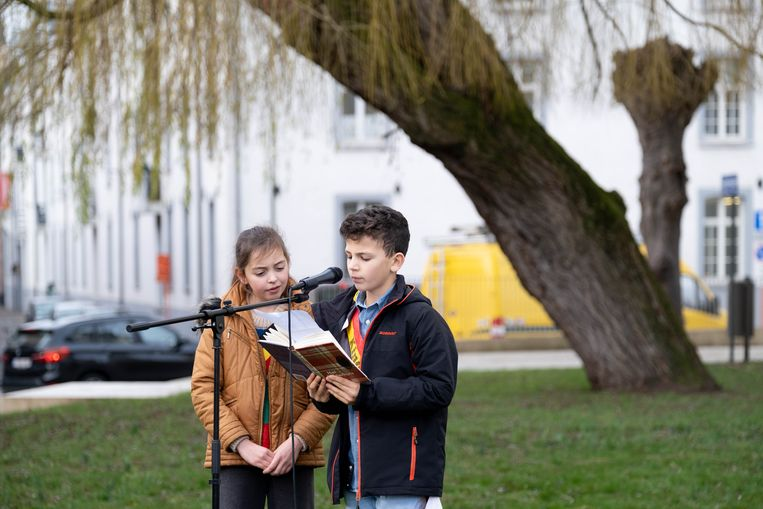Kinderburgemeester Camila Ladron en kindersecretaris Jaan Roelens lezen voor uit Het Achterhuis