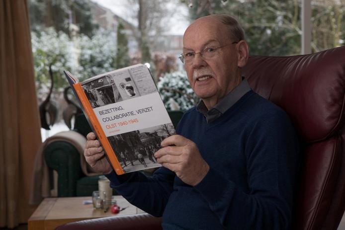 Jan Hilferink met zijn boek. Foto: Gerard Vrakking