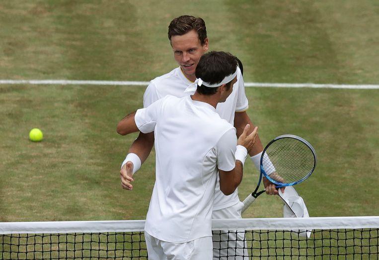 Roger Federer omhelst Tomas Berdych.  Beeld AP