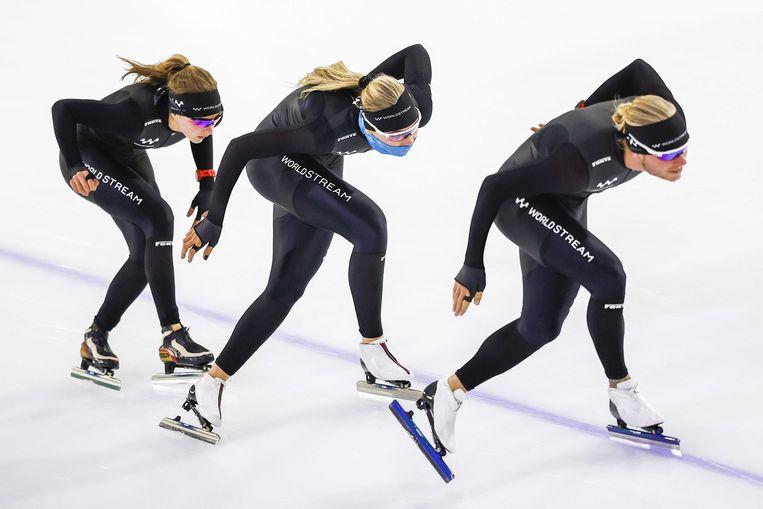 Jutta Leerdam, hier achter Koen Verweij tijdens een training op het ijs van Thialf. Beeld ANP