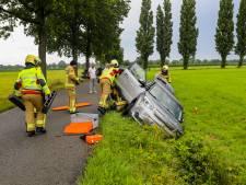 Esschertweg in Emst volledig afgesloten na ongeluk:  brandweer moet vrouw bevrijden uit auto