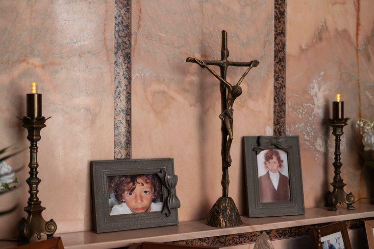 In een kapel staan foto's van de jonge Antonio, die een hersentumor kreeg en op zijn 9de overleed. Beeld Giulio Piscitelli