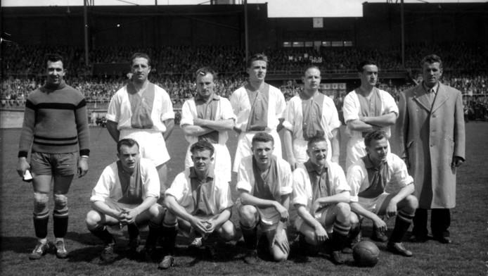 Klaas Bakker staand, tweede vanaf rechts.