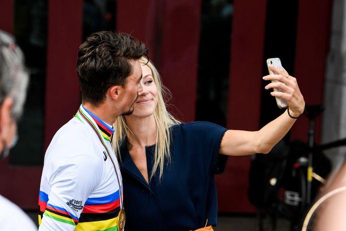 Julian Alaphilippe is wereldkampioen en viert met zijn vriendin. (FOTO GOYVAERTS/GMAX AGENCY)