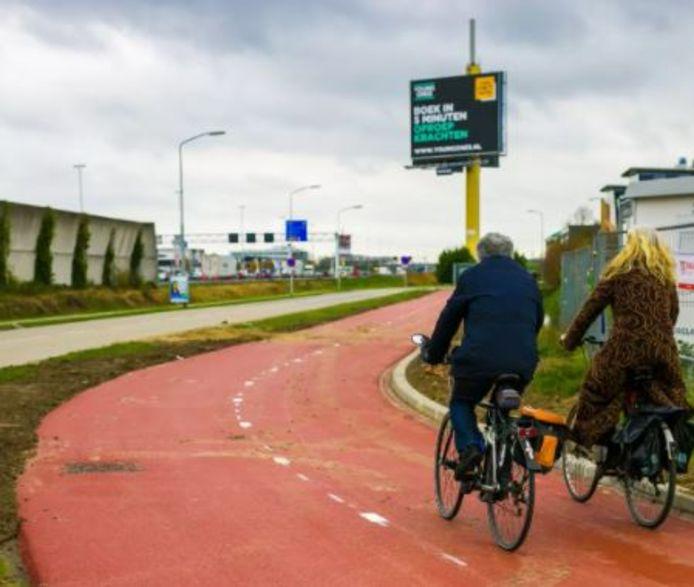 Het knalrode snelfietspad moet straks de stations van Zaltbommel en Den Bosch verbinden. Den Bosch wil een fietsverbinding op de nieuw aan te leggen Maasbrug.