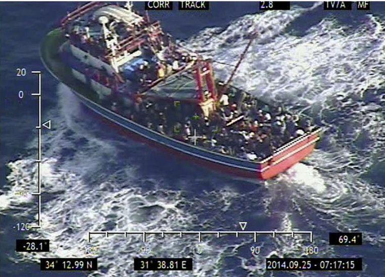 353 Syriërs vluchten met een klein schip. Beeld AP