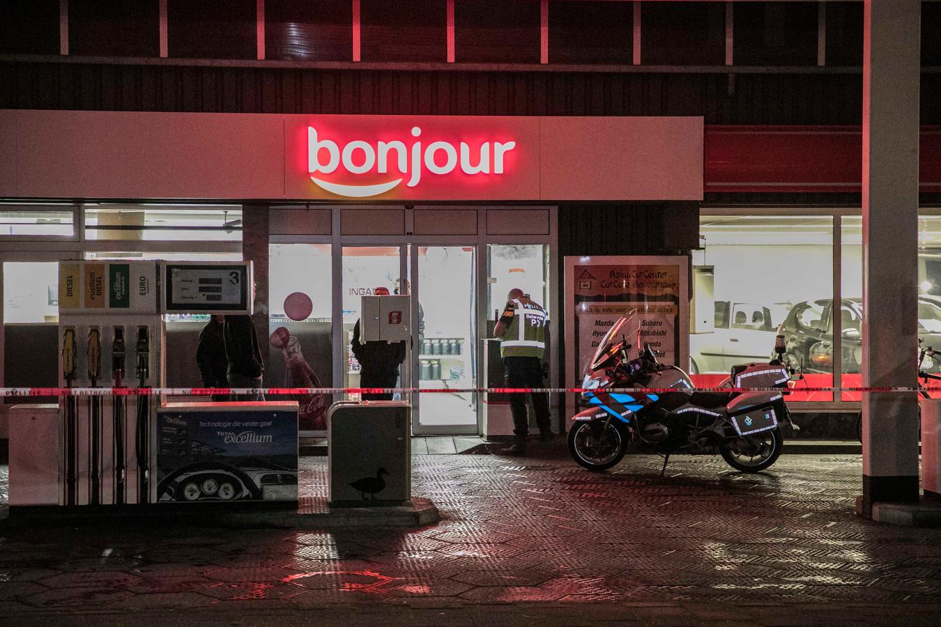 De politie bij de shop van de Total-pomp in Heelsum na de gewapende overval.