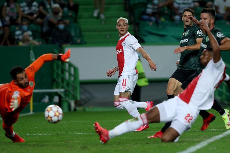 Het beeld van de avond: Antony (m) zet voor en Sébastien Haller maakt af. Hier zet de spits Ajax op 2-0. Beeld NurPhoto via Getty Images