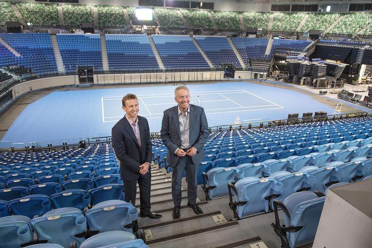 Craig Tiley (r) in de Rod Laver Arena. Beeld EPA