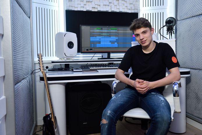 Pieter Gabriel in zijn studio, waar hij een nummer heeft gecomponeerd voor de opening van de finale van het Songfestival