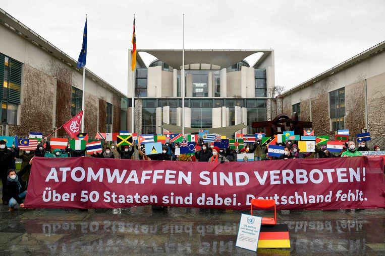 Demonstranten voor een wereld zonder kernwapens, vrijdag voor het kantoor van de Duitse bondskanselier Merkel in Berlijn.  Beeld AFP