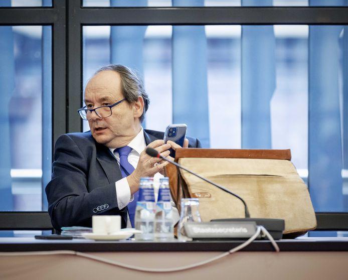 Demissionair staatssecretaris van Financiën Hans Vijlbrief tijdens een overleg in de Tweede Kamer over de Belastingdienst.
