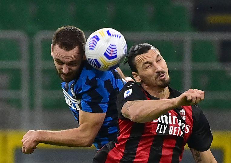 Inter-verdediger Stefan de Vrij in duel met Zlatan Ibrahimovic. De Zweedse spits van AC Milan besliste de Milanese derby met twee doelpunten (2-1).  Beeld AFP
