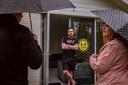 Krzysiek (32) uit Polen woont via het uitzendbureau op een 'Polencamping' in Ommen. Op de foto is hij in gesprek met Tony van Brecht en Annemarie van Cappellen van vakbond FNV.