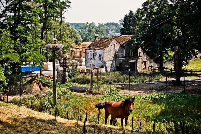 Karine koos bewust voor zo'n leuk Waals dorp waar het brood bij de bakker een bijkomstig gespreksonderwerp is. Beeld Jonas Lampens