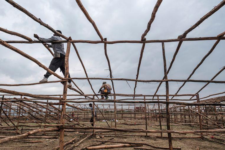 Aan de rand van Mekelle wordt gewerkt aan een opvangkamp voor Tigrese vluchtelingen. Beeld Eduardo Soteras Jalil