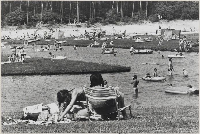 Zonnebaders bij de Bergse Heide in 1970, toen een populaire plek.