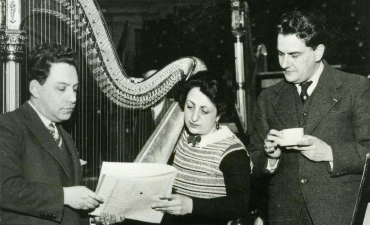 Leo Smit (links) tijdens zijn samenwerking met harpiste Rosa Spier Beeld -