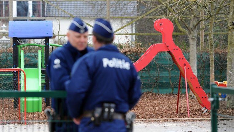 olitieagenten staan woensdag bij basisschool 't Stekske in het Belgische Lommel. Beeld null