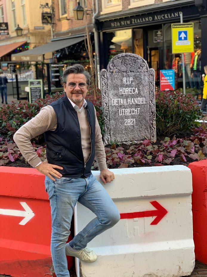 Cafébaas Richard den Hartog van Het College vond een grafzerk wel passend bij de voetgangersrotonde in de Utrechtse binnenstad.
