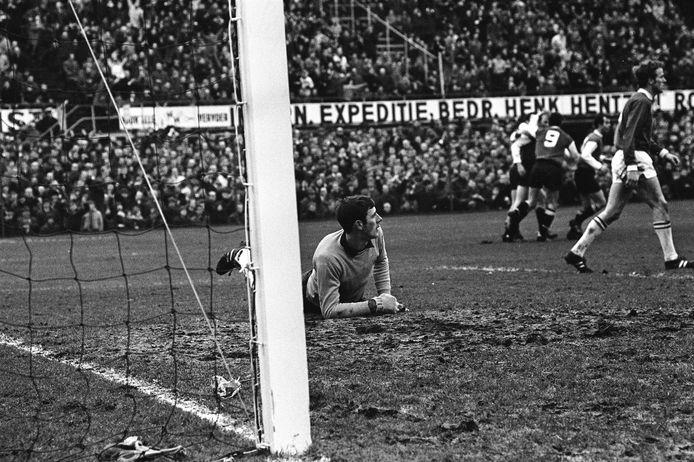 Links ADO-keeper Ton Thie, tijdens een wedstrijd tegen Feyenoord.