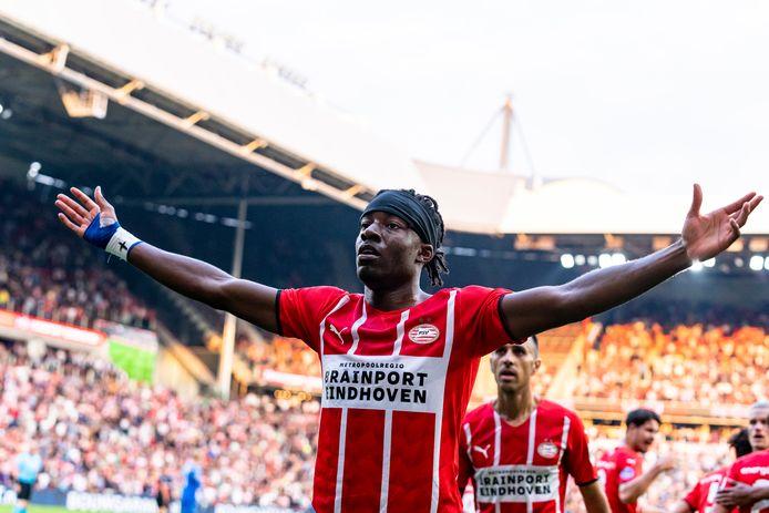 Noni Madueke was niet te stoppen voor de verdedigers van FC Midtjylland en opende met een fraaie boogbal de score.