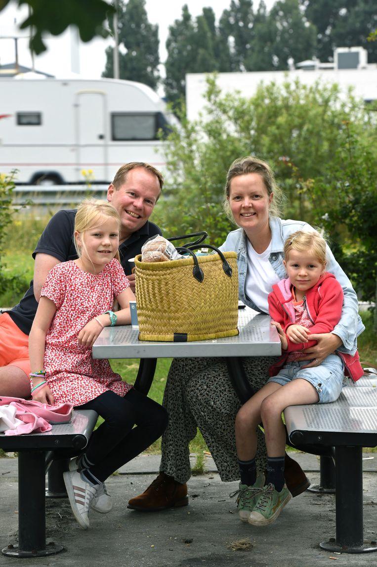 Annemargreet en Erwin met hun dochters: 'We hebben een uur of twee vertraging ingecalculeerd.' Beeld Marcel van den Bergh / de Volkskrant